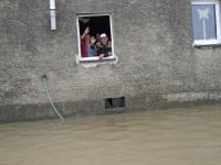 Biskup Andrzej Czaja wśród powodzian.