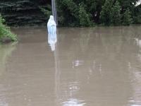 Ordynariusz opolski w łodzi wśród powodzian